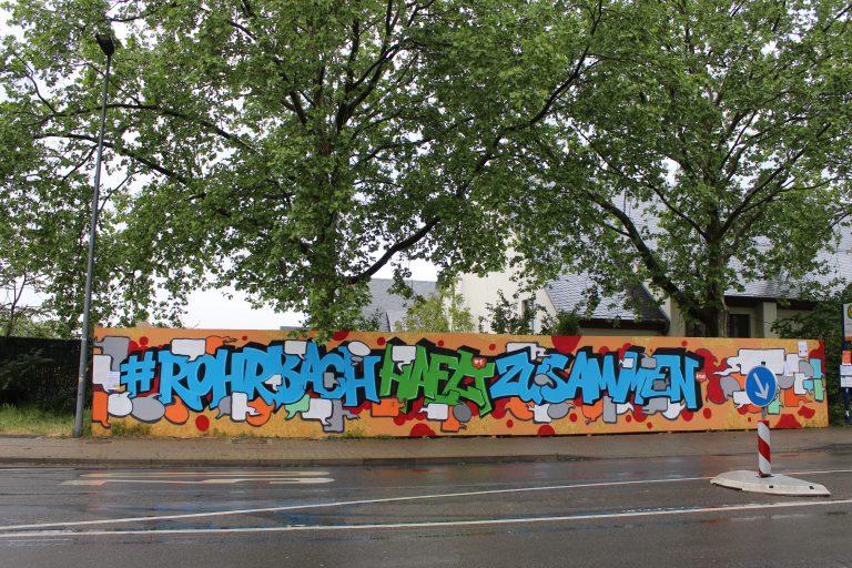 Holzwand mit Grafitti am Hospital-Gelände in HD-Rohrbach
